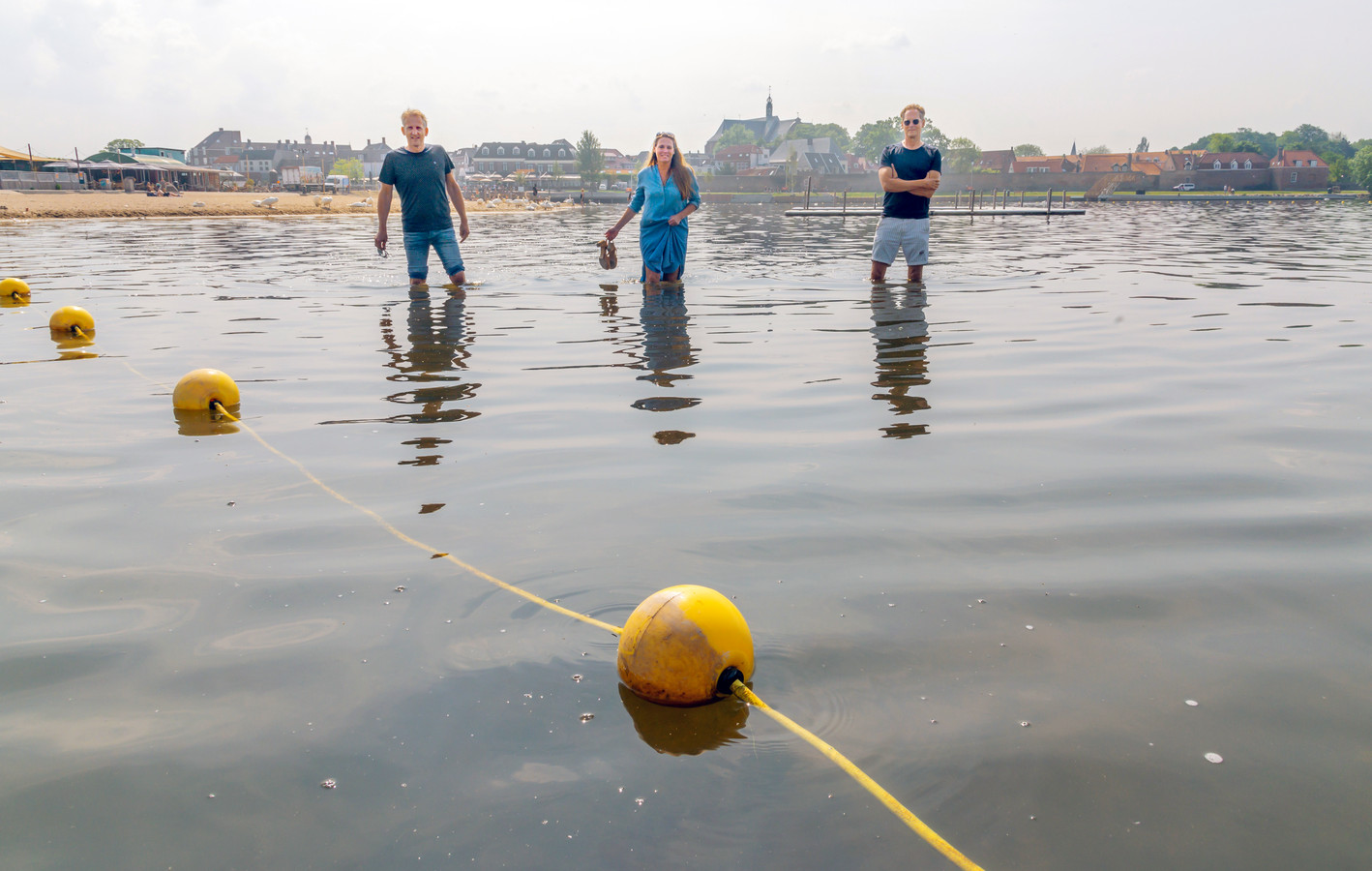 Jeroen Kleen (l), Inge Sneijder en Dirk Tuin zetten zich in voor het creëren van een echte zwemplek bij het Strandeiland in Harderwijk.