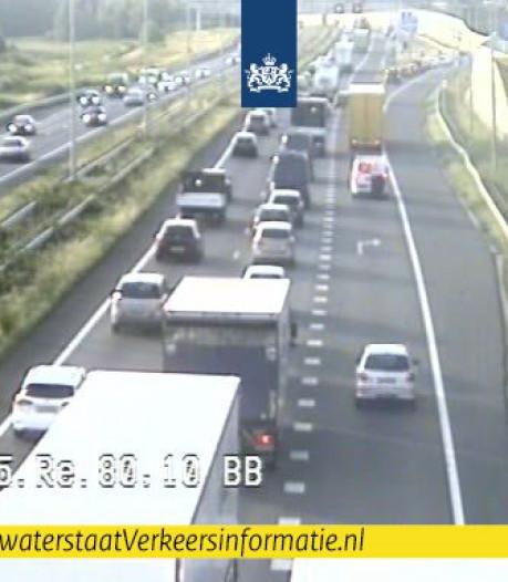 Ongeluk op A15 zorgt voor ruim uur vertraging richting Gorinchem