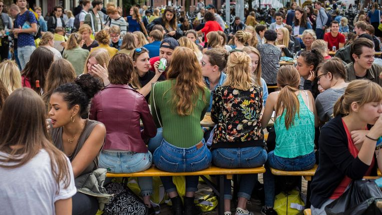 Eerstejaars studenten op de Nieuwmarkt Beeld Maarten Brante