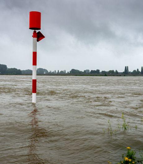 Rijkswaterstaat: 'Blijf weg uit de Maas, zwemmen of dobberen op luchtbedje levensgevaarlijk'
