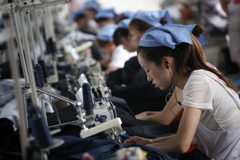 Werknemers in een kledingfabriek in China.  Beeld AFP