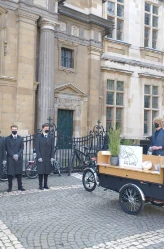 """Barista Sam (35) fietst met mobiele koffietafel naar uitvaart: """"Om nog letterlijk een bakje troost te kunnen aanbieden"""""""