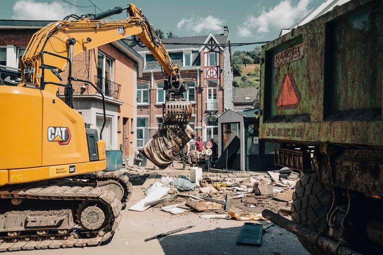 Hoewel de echte heropbouw nog maanden kan duren, valt het toch op hoe snel en grondig de opruimwerken aangepakt worden.    Beeld stefaan temmerman