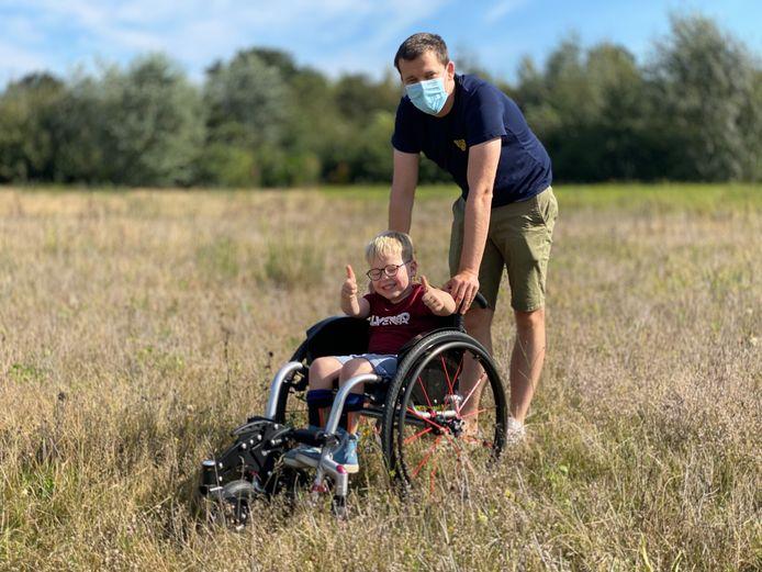 Niels en zijn papa Sam 'off road' in het Parkbos.