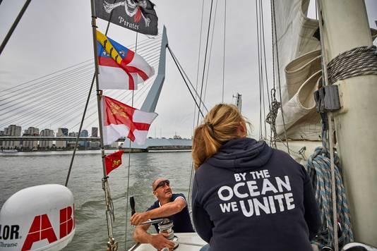 Kapitein Huub Veeneman stuurt zijn schip 'Fantastiko' over de Nieuwe Maas.