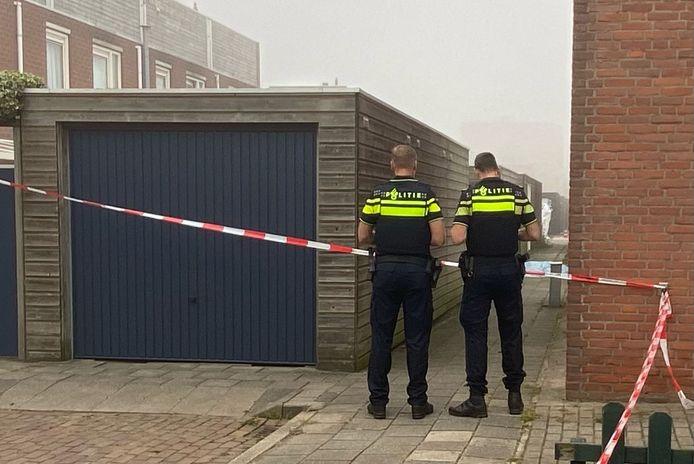 De politie is volop bezig met onderzoek. Het lichaam van de man is afgedekt met een laken.