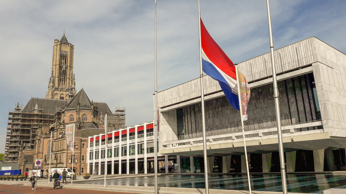 Bij het stadhuis in Arnhem hangt de vlag halfstok in verband met de aanslagen in Sri Lanka tijdens het paasweekeinde.