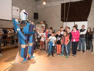 Blauwe robot handhaaft orde op de speelplaats