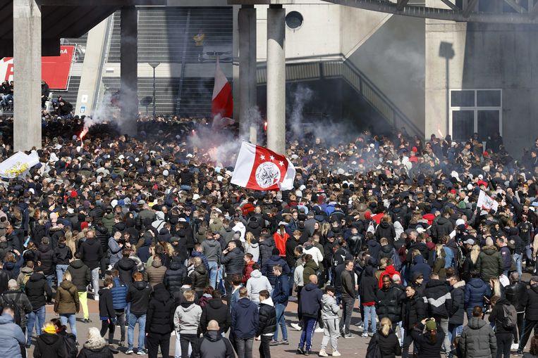 Supporters van Ajax verzamelen zich bij de Johan Cruijff Arena waar Ajax voor de 35ste keer de landstitel won. Beeld ANP