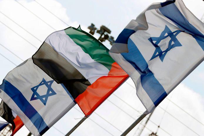 De vlaggen van Israël en de Verenigde Arabische Emiraten.