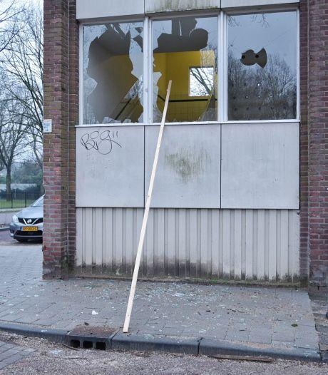 Dappere bewoner hield relschoppers weg bij gesloopte winkel in Tilburg: 'We hebben geluk gehad, het leek wel oorlog hier'