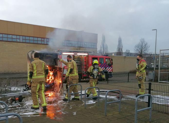 Een kledingcontainer brandde uit op de Sullivanlijn in Zoetermeer. De brandweer moest de container openbreken om de brandende oude kleding te blussen.