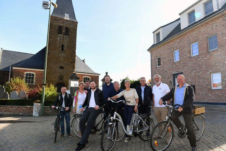 De kandidaten van Holsbeek Beweegt op het dorpsplein van Kortrijk-Dutsel. Zij nemen aanstoot aan de nieuwbouw, waarvoor een oude hoeve werd afgebroken.