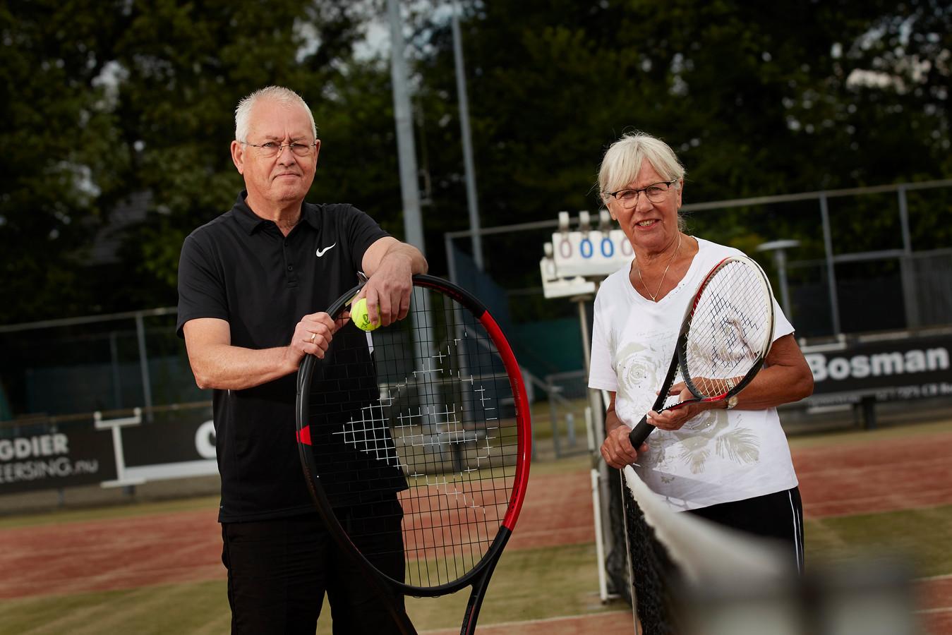 """Lenie Jacobs en Huib Vreugdenhil van OldStars. """"Bewegen is belangrijk voor ouderen. Zo blijven we fit en vitaal. Maar het sociale aspect is minstens zo belangrijk.''"""