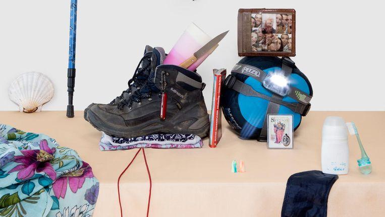 De spullen die Inez Hafkamp meenam op haar voetreis naar Santiago de Compostela. Beeld Sanne Zurné