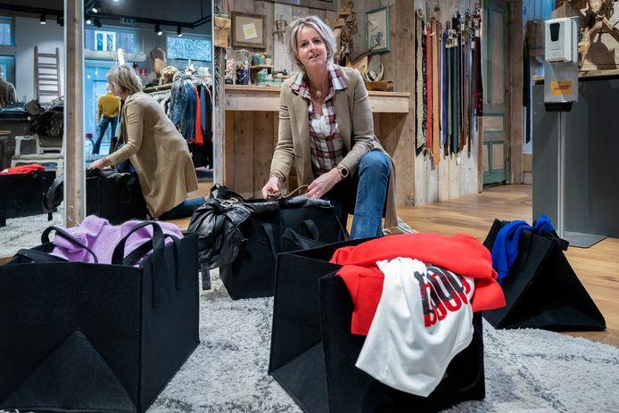 Claudia Mulders van Trenz By Dual-C maakt pas-tassen voor klanten.
