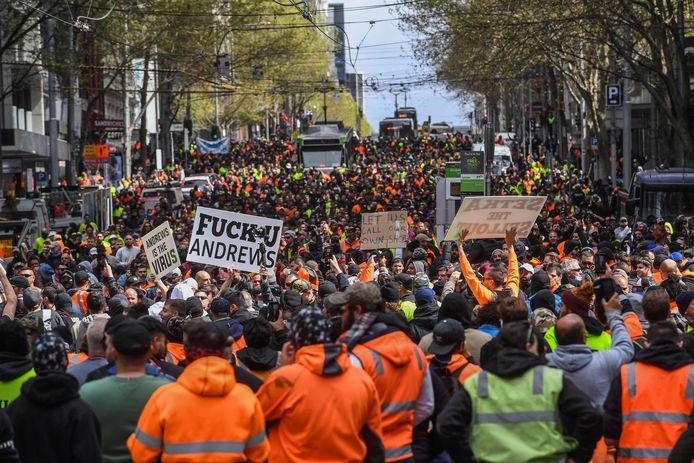 Des ouvriers du bâtiment et des manifestants assistent à une manifestation contre la réglementation Covid-19 à Melbourne, le 21 septembre 2021.