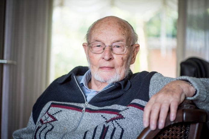 Foto van Gerrit Kelder, 86-jarige SP'er die op zijn hoge leeftijd nog warm gemaakt werd om toe te treden tot de gemeenteraad.