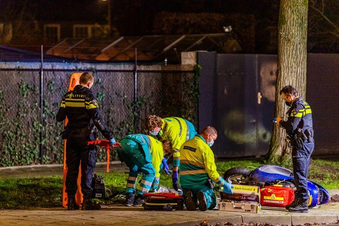 Hulpdiensten bij de gevallen scooterrijder in Tilburg.