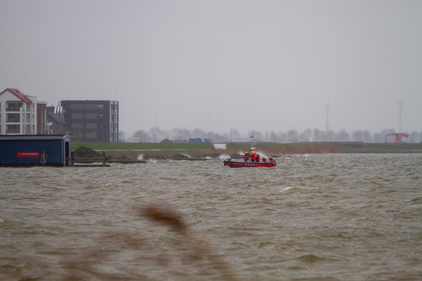De brandweer zoekt met een boot het water bij Harderwijk af.