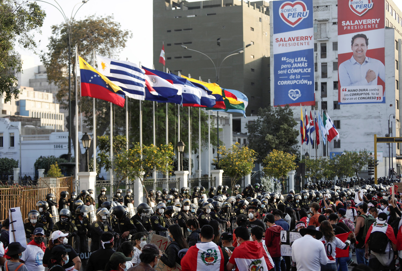Demonstranten verzamelen zich aan het Congres in Peru na het aftreden van interim-president Manuel Merino.
