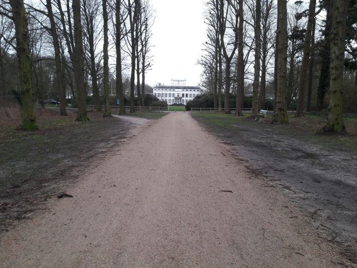 Paleis Soestdijk gezien vanaf de Koningslaan, die tussen het paleis en De Naald loopt.