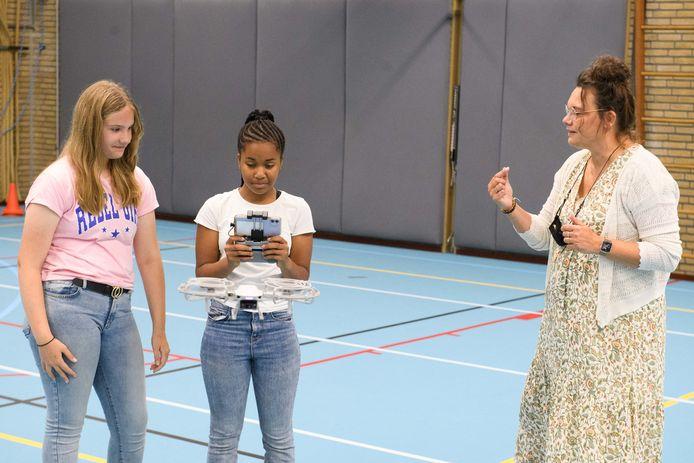 Leerlingen  Annamijn Buit en Ramatulai Jalloh krijgen les van docent Wendy Pereira.