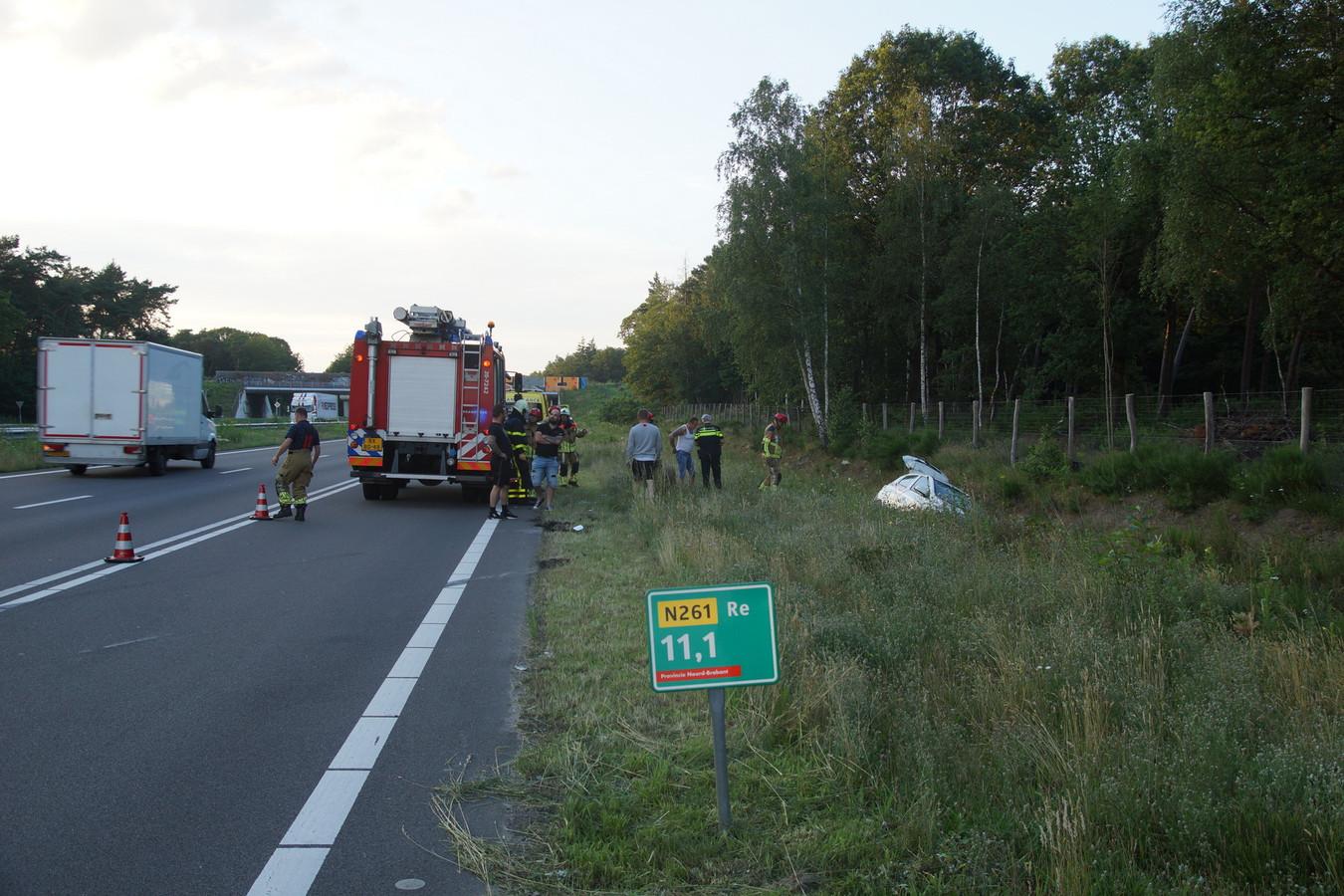 De auto belandde naast de Midden Brabantweg in Loon op Zand.