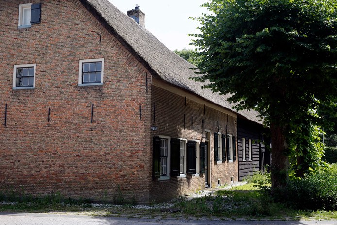 Naast de kerk telt Uitwijk nog een rijksmonument, de Langgevelboerderij uit 1650.