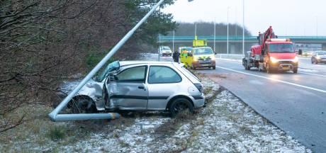 Auto glibbert van de weg in Eemnes, bestuurder gewond