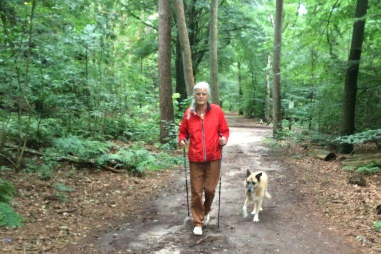 Josephine met hond Noël in het bos. Beeld
