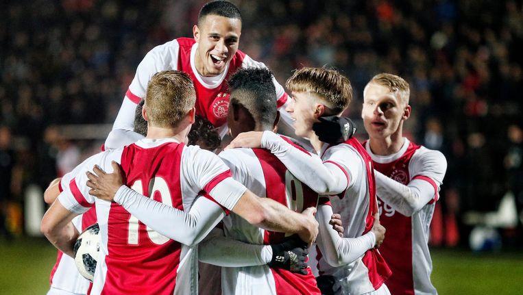 Jong Ajax viert een van de zeven doelpunten uit het duel met FC Volendam vorige maand. Beeld Pro Shots / Stanley Gontha