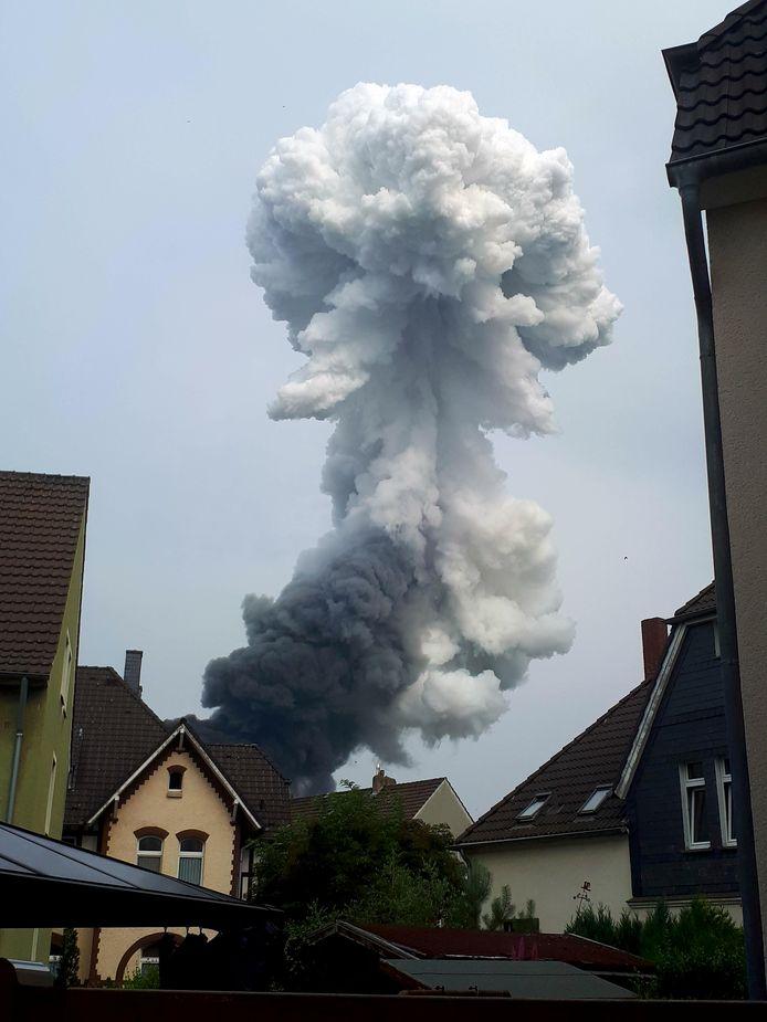 De rookpluim na de explosie was in de wijde omgeving rond het industrieterrein in het Duitse Leverkusen te zien.