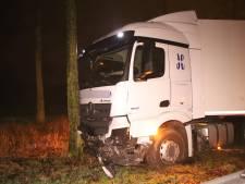 Vrachtwagen met trailer botst tegen boom op knooppunt Deil
