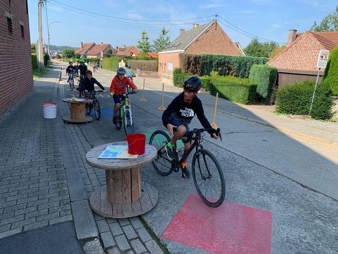 Sint-Lievens-Houtem: Aan de lagere school was de straat afgesloten.