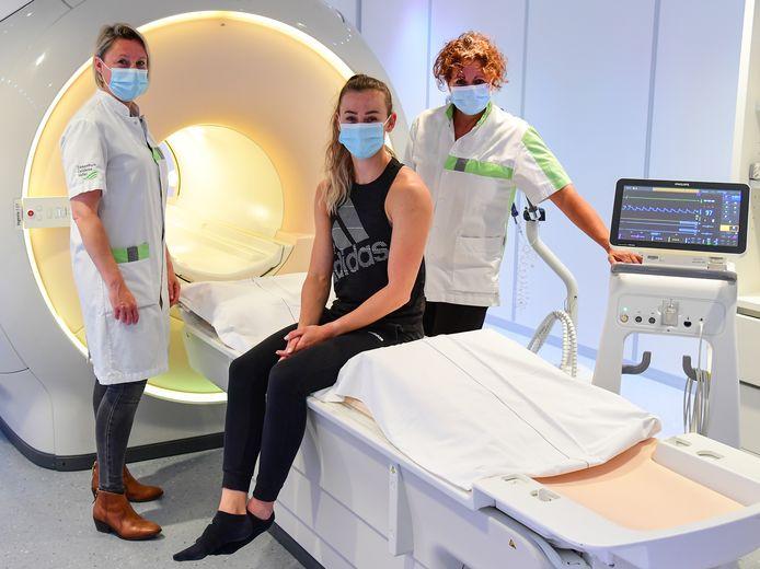 Nadine Visser (midden) op de radiologie-afdeling van het ZGV Ede.