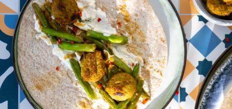 Wat Eten We Vandaag: Wrap met falafel en kruidige boontjes