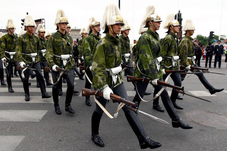 Zweedse militairen repeteren voor het defilé voor het huwelijk van kroonprinses Victoria, in 2010. Dat jaar schafte Zweden de dienstplicht af. Beeld REUTERS