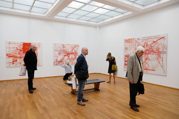 Bezoekers bekijken de overzichtstentoonstelling van kunstenaar Anton Heyboer in het Haagse Gemeentemuseum.  Beeld Hollandse Hoogte /  ANP