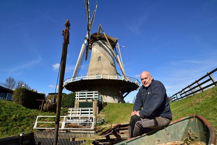 Molenaar Niels Noorlander bij de Haastrechtse Molen.