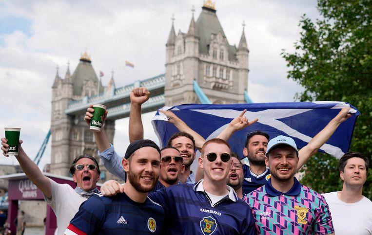 Schotse voetbalfans voor de Tower Bridge in Londen. In de Engelse hoofdstad staat vrijdag de wedstrijd tegen de grote rivaal op het programma. Beeld AP
