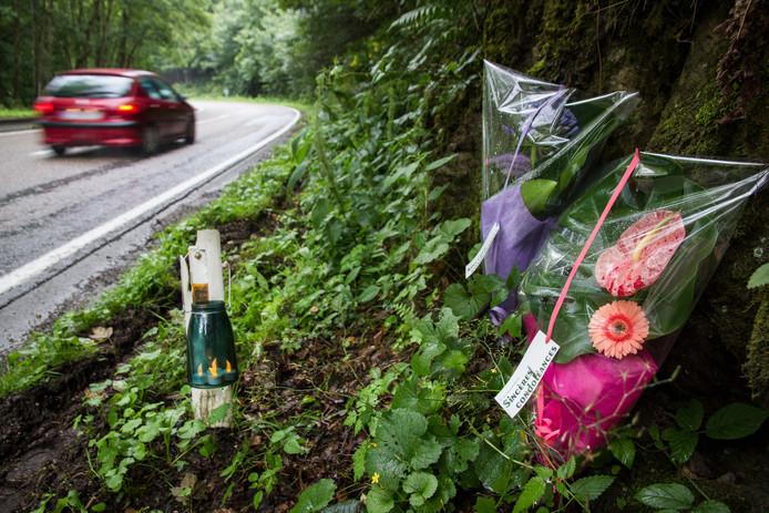 Bloemen op de plek waar het drama zich afspeelde, neergelegd door mensen uit Nieuw-Lekkerland die op vakantie zijn in de Ardennen.