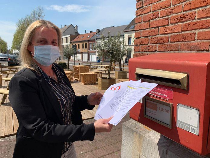 Schepen Hilde Van Impe doet de enquêtes op de post.