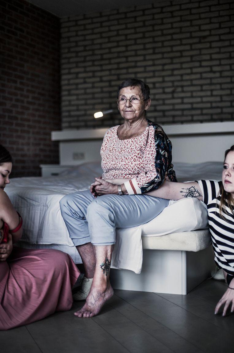 Yolande (71) met kleindochters Jill en Yoline. Beeld Karoly Effenberger