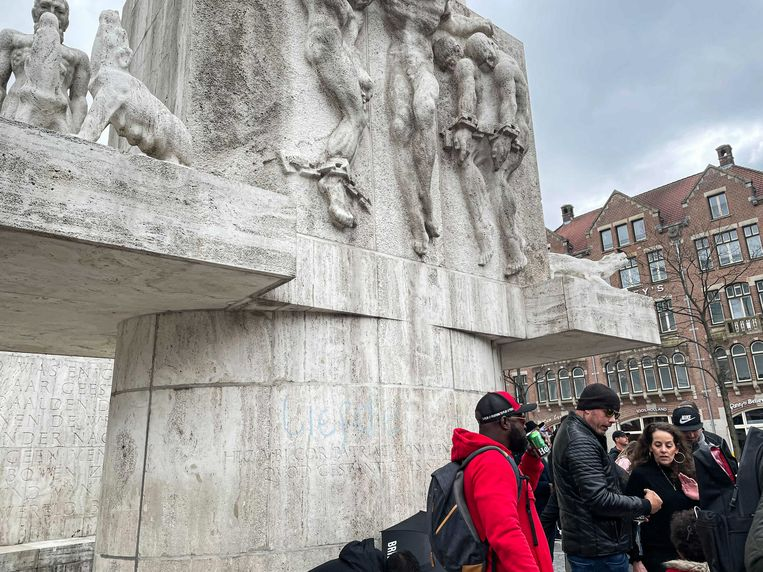 Het Monument op de Dam werd zondagmiddag beklad. Beeld Raounak Khaddari
