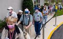 Senioren in Florida wachten op een prik van het coronavaccin van Moderna. Het vaccin is in de Verenigde Staten al goedgekeurd.