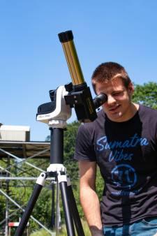 Turen door een Lochemse telescoop en zien hoe de maan hapjes uit de zon neemt: 'Perfecte dag voor een zonsverduistering'