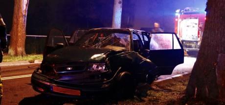 Auto met jongeren erin botst tegen boom op N271