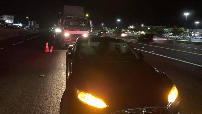 Tesla blokkeert compleet op snelweg: 'Dit kan iedereen met elektrische auto overkomen'