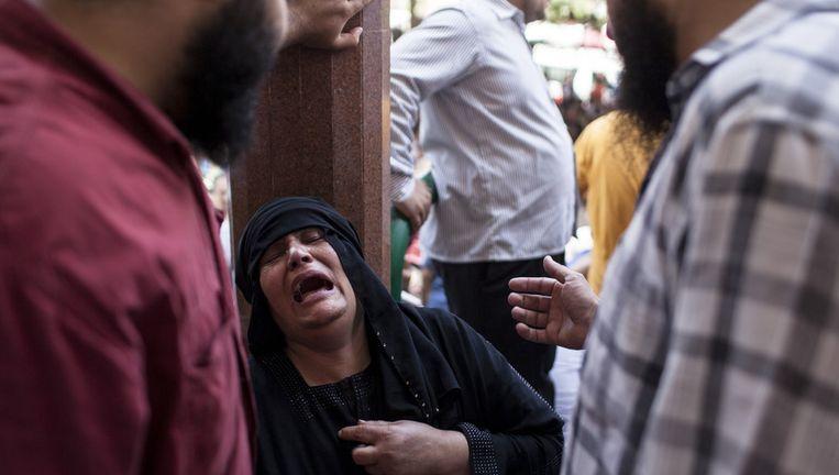 Een Egyptische vrouw huilt nadat ze een familielid geïdentificeerd heeft. Beeld getty